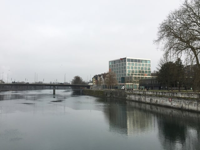 Hotel neben Fluss