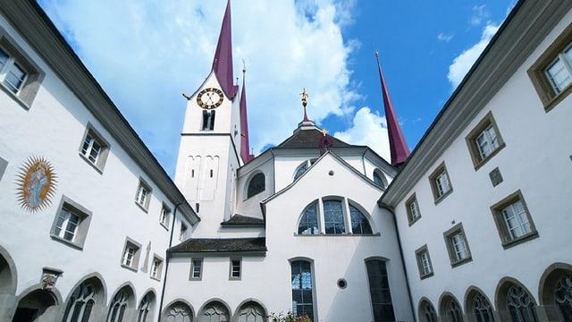 Bild vom Innenhof des Klosters, mit Blick auf den Kirchenturm mit seinem roten Dach.
