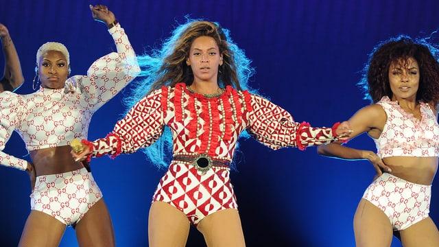 Beyoncé tanzt auf der Bühne mit zwei Tänzerin.