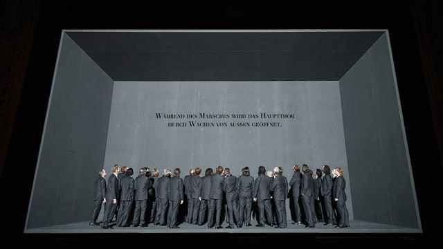 Der Chor auf der schwarzen Bühne.