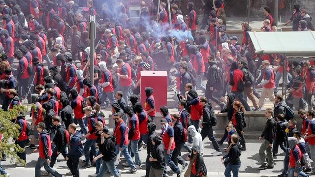 Die Basler Fans auf ihrem Marsch ins Stade de Suisse.