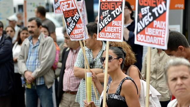 Türkisch-stämmige Menschen gehen in Genf auf die Strasse.