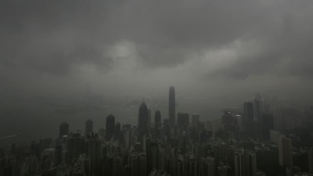 Schwarze Wolken liegen über der Millionen-Metropole Hingkong. Der Taifun «Usagi» ist im Anmarsch. (keystone)