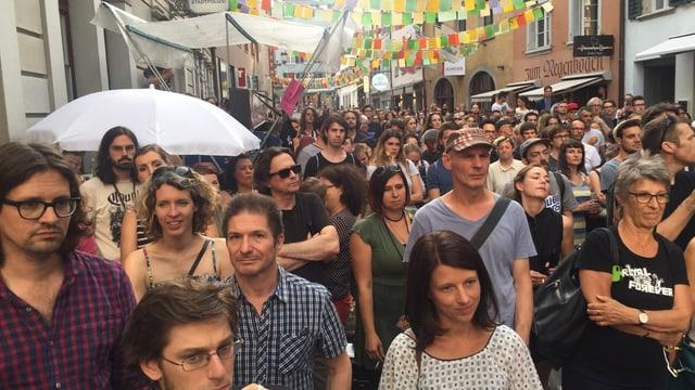 Viele Leute in einer Altstadtgasse