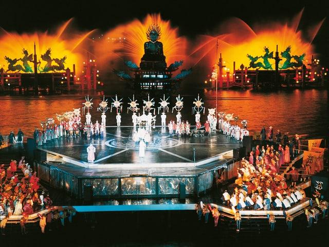 Das Bühnenbild aus dem Jahr 1964. Es enthält chinesische Elemente.