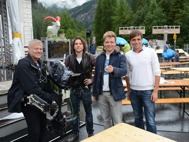 Die Dorfrocker zusammen mit Kameramann Carlos Romero.