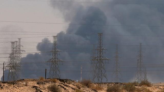 Dicker, schwarzer Rauch steigt über der saudi-arabischen Raffinerie auf.