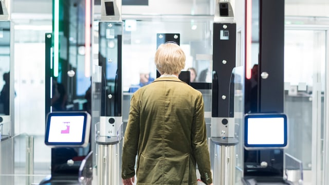Ein Journalist testet die automatisierte Passkontrolle im Flughafen Zürich