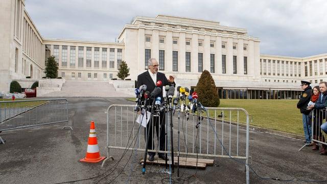 Der Botschafter spricht in die Mikrofone der Weltpresse, im Hintergrund das UNO-Gebäude.