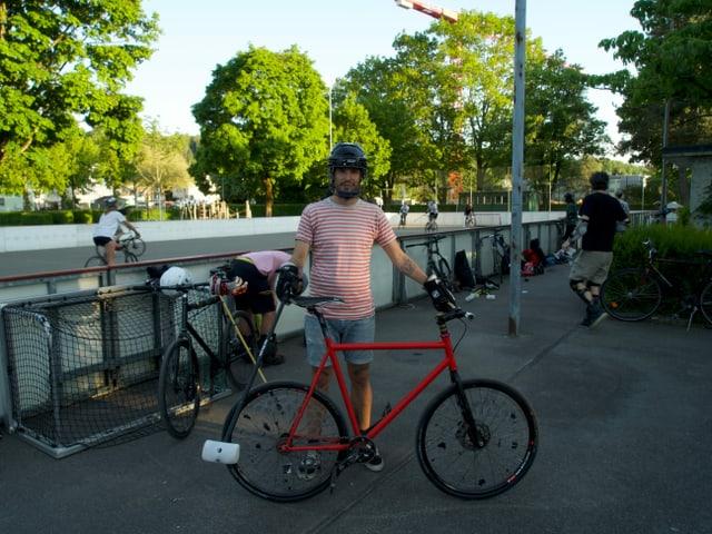 Mann mit Bikepolo Fahrrad
