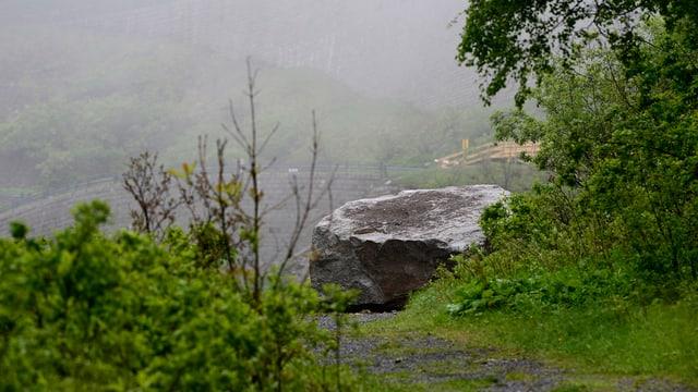 Fels liegt auf einem Weg.