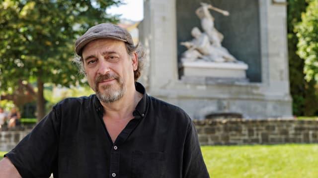 Journalist Andreas Fagetti vor dem Winkelried-Denkmal in Stans.