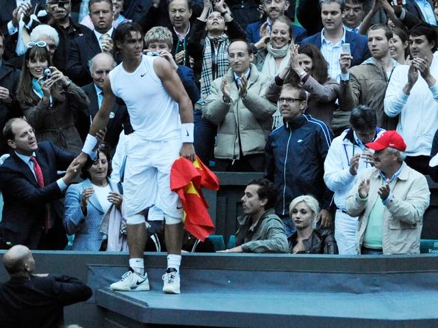 Rafael Nadal bei der Ehrenrunde nach Wimbledonsieg 2008