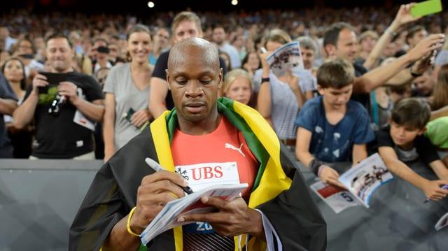 Asafa Powell gudogna la concurrenza sur 100 meters.