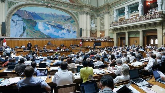 Blick in den Nationalratssaal, alle Nationalräte sind nur von Hinten zu sehen.