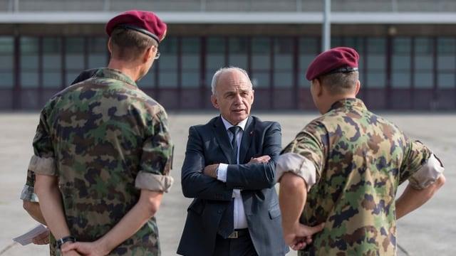 Bundesrat Ueli Maurer spricht auf dem Waffenplatz Lyss mit zwei Offizieren