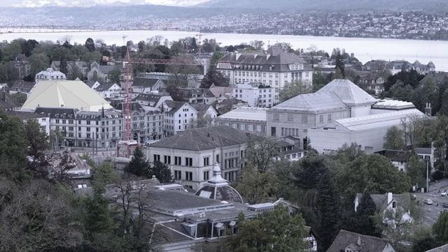 Der Blick von oben auf mehrere Gebäude. Eines davon hat einen gelblichen Überbau.