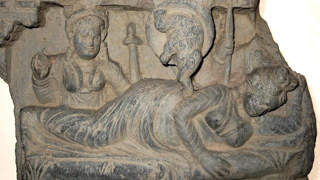 Eine Steinskulptur zeigt den weissen Elefant, wie er in Buddhas Mutter eingeht.