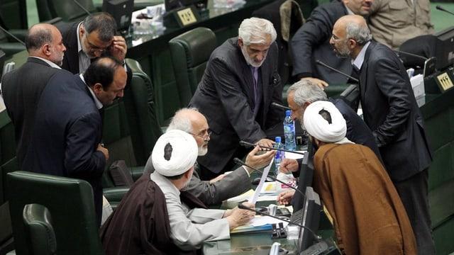 Commembers dal parlament iranais vi da discutar in cun l'auter.