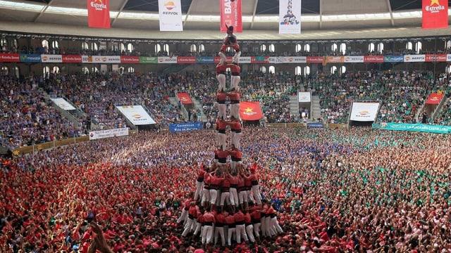 n castell - la tur d'umans tradiziunala da la Catalugna durant ina concurrenza l'onn 2016.