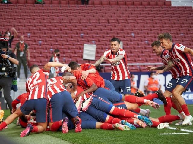 Luis Suarez wird nach seinem späten Siegtor von seinen Mitspielern gefeiert.