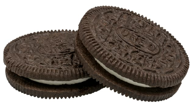 «Oreo»-Kekse, zwei dunkle Schoko-Scheiben mit einer weissen Füllung dazwischen.