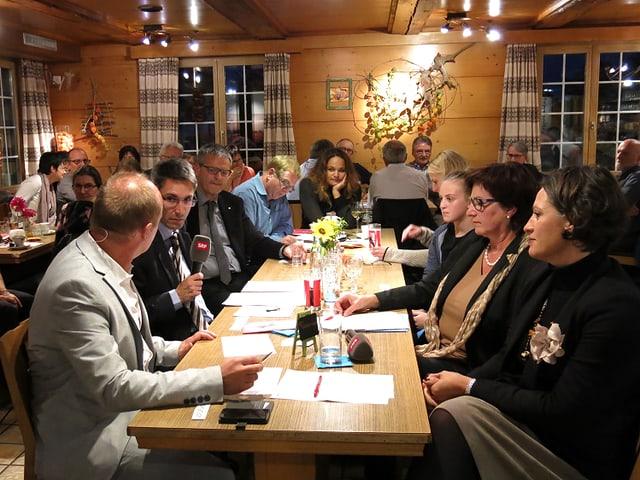 Politiker inmitten von Restaurantbesuchern.