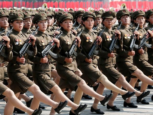 Frauen mit Stechschritt an Militärparade
