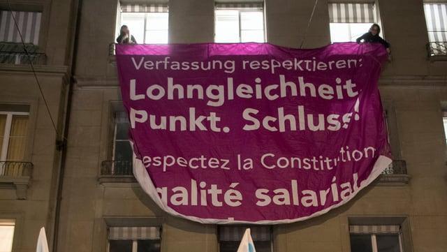 """Transparent: """"Verfassung respektieren: Lohngleichheit. Punkt Schluss!"""""""