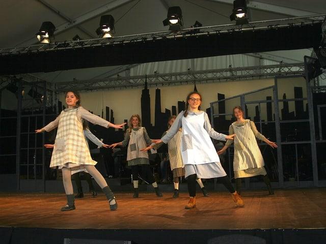 Mädchen tanzen auf der Bühne