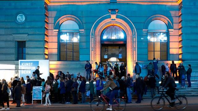 Viele Leute vor dem nächtlichen Kunstmuseum Bern