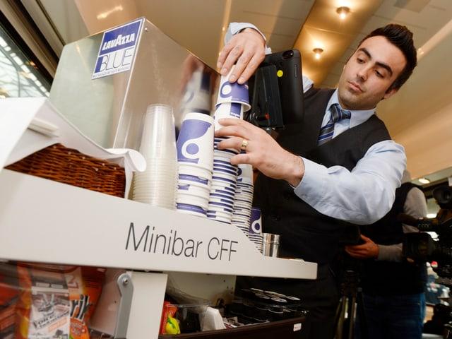 Die erst 2014 eingeführte neue Minibar: Ein Elvetino-Mitarbeiter nimmt einen Kaffeebecher vom Stapel