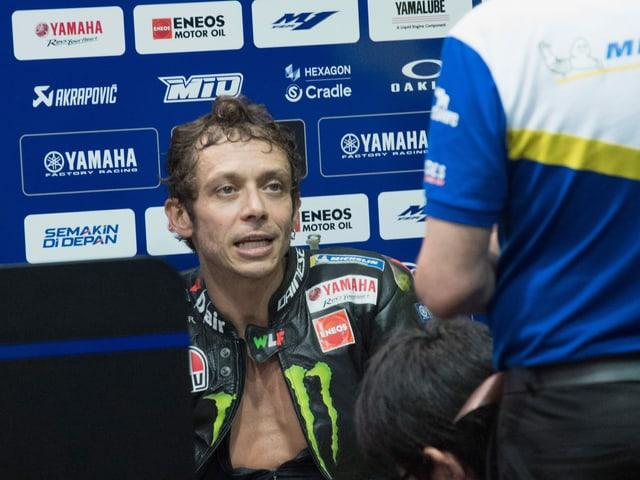 Valentino Rossi sitzt verschwitzt in der Box.