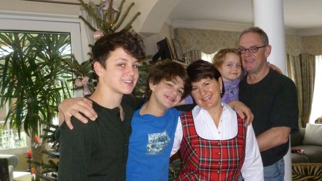Familie Spichiger im Wohnzimmer: Die zwei Jungen, das Mädchen und die Eltern.
