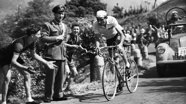 Fausto Coppi flitzt in der Nähe von Como über den Asphalt.