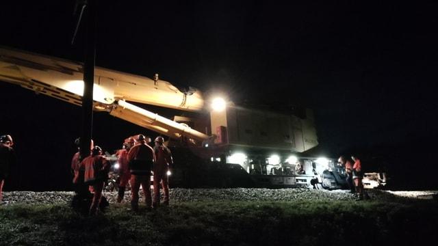 Bauarbeiter am entgeleisten Zug.