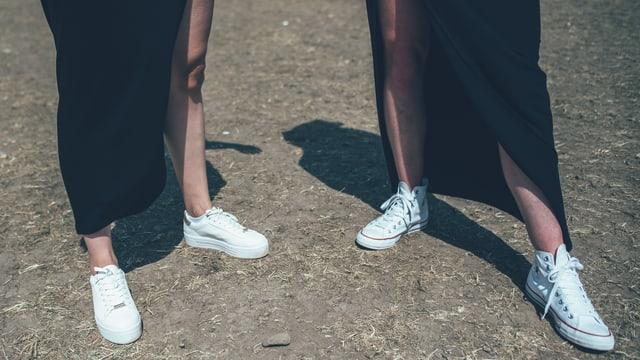 The Tenü: Schwarzer Rock und weisse Schuhe.