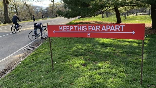 Schild mit den Abstandsregeln