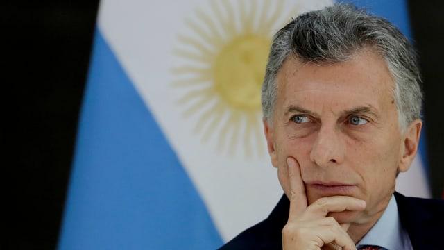 Ein Mann vor einer Argentinien-Flagge