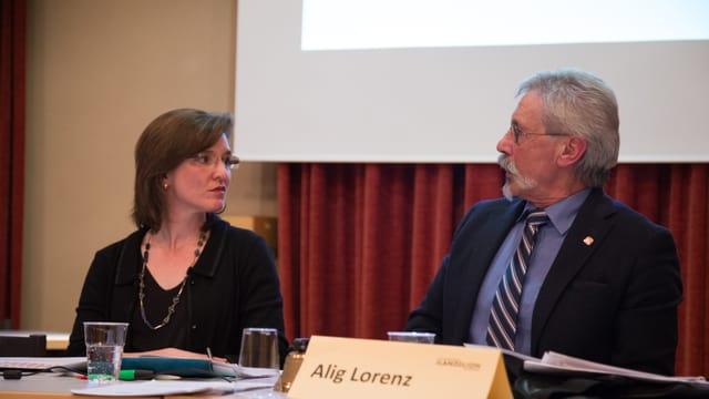 Carmelia Maissen en discussiun cun il president dal parlament Lorenz Alig.