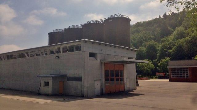 Werkhof im Schweizersbild mit Halle und vier Silotürmen.