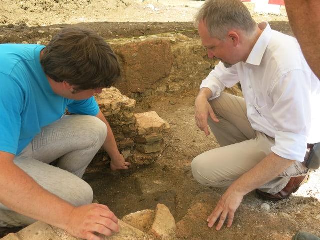 Zwei Männer im Graben