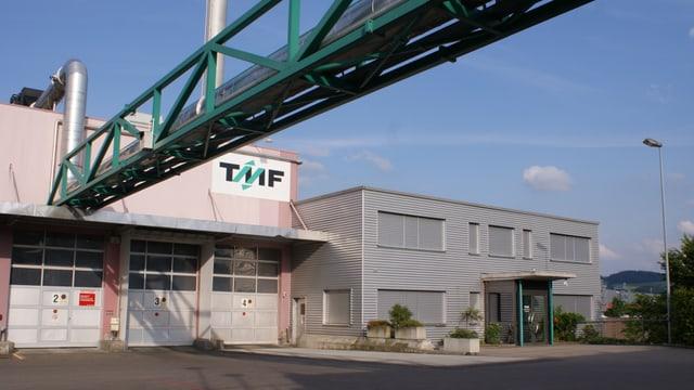 Fabrikgebäude mit Leitungen