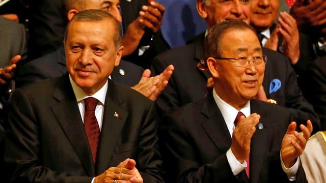 Recep Tayyip Erdogan und Ban Ki Moon sitzen nebeneinander und applaudieren.