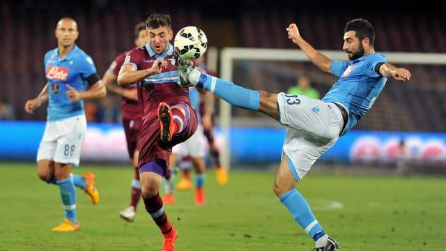 Napolis Raul Albiol spitzelt den Ball vor Lazios Filip Djordjevic weg.