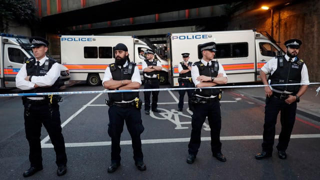Polizists avant la moschea.