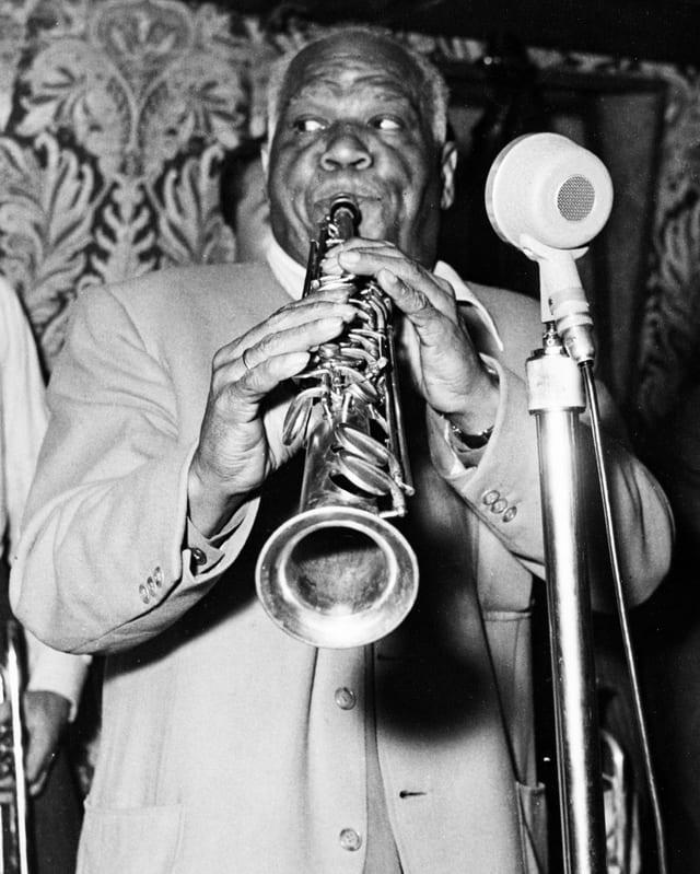Der Jazz-Saxophonist Sidney Bechet aus New Orleans, bei einem Auftritt, undatierte Aufnahme aus den 50er-Jahren.