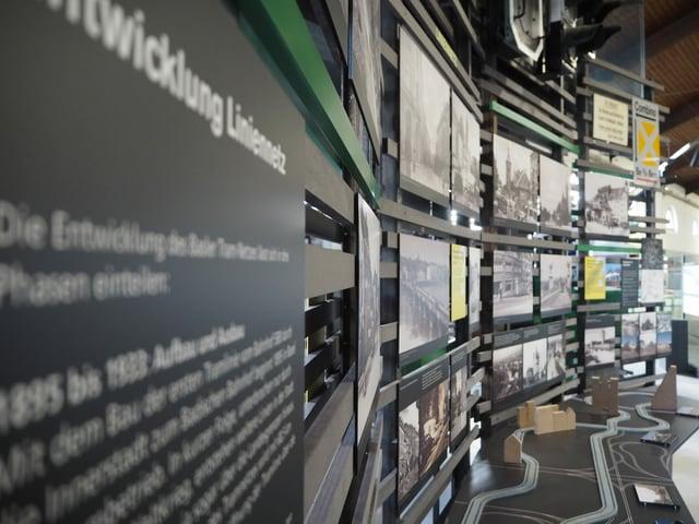 Stellwand mit historischen Aufnahmen in der Ausstellung.
