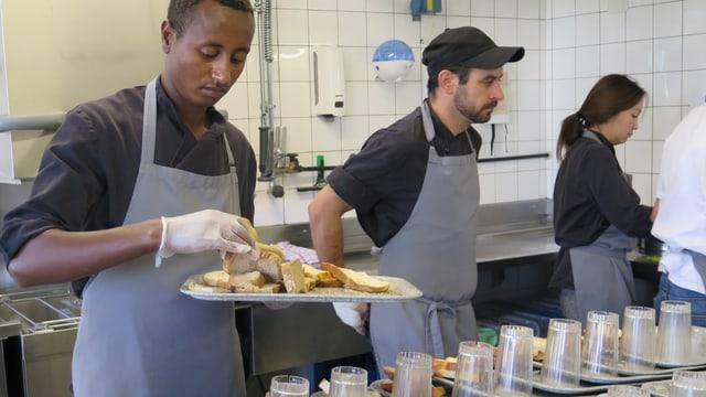 Flüchtlinge beim Kochen