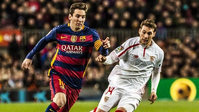 Lionel Messi und Sebastián Cristóforo im Duell.